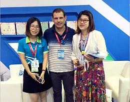 2017上海体博会现场德朝体育业务经理和外国合影留念