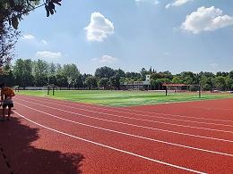 新国标塑胶跑道和水泥跑道比有哪些优势?【广东德朝体育】